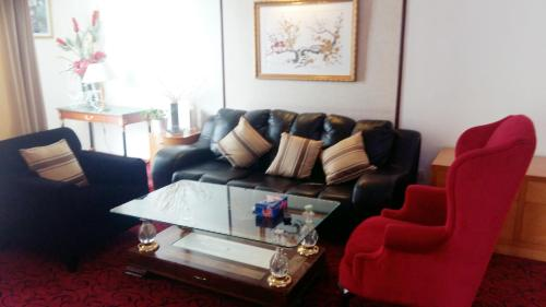 A seating area at 1 IMBI SUITES TIMES SQUARE