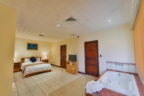 Cama o camas de una habitación en Apartotel Obelisco San José Aeropuerto