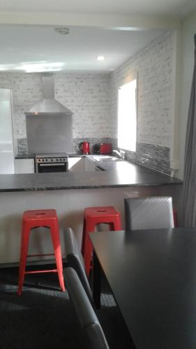 Cuisine ou kitchenette dans l'établissement Close to Airport, quality for groups and families