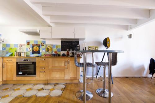 A kitchen or kitchenette at Spacious T1 bis - Area Saint-Michel