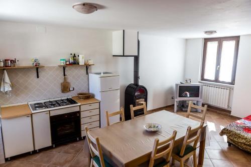 A kitchen or kitchenette at La casetta al lago