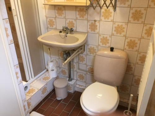A bathroom at Gezellige zolder in Wassenaar met dakterras