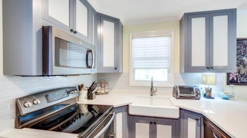 A kitchen or kitchenette at 707 2nd Avenue House