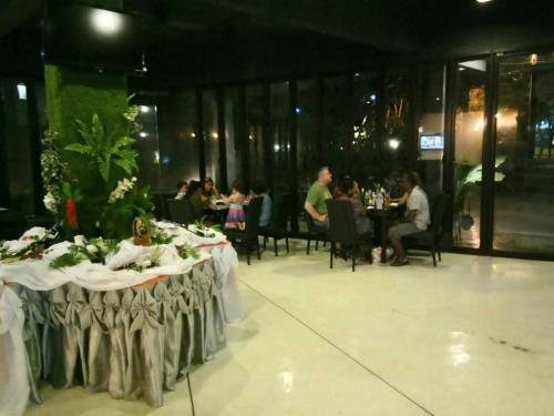 Un restaurante o sitio para comer en 2 Bedroom Villa Bangrak Beach