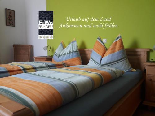 Ein Bett oder Betten in einem Zimmer der Unterkunft Ferienwohnung Felhofer