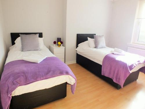 A bed or beds in a room at HLS - Sunnyside Apartment