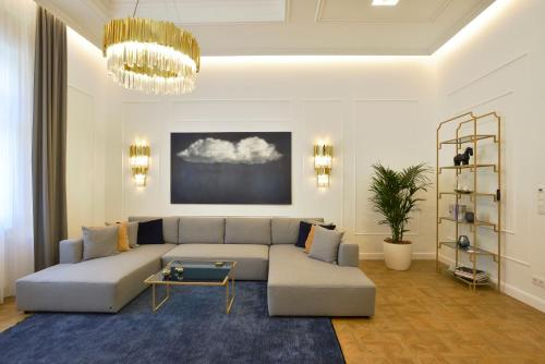 A seating area at Broadway Residence
