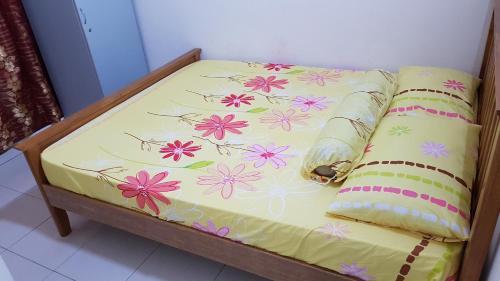 A bed or beds in a room at Homestay Melaka Tradisional Bandar Hilir