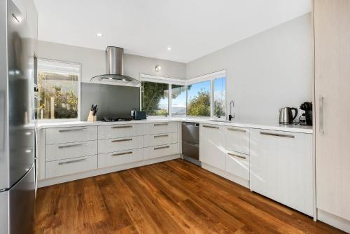 A kitchen or kitchenette at Panoramic Peregrine