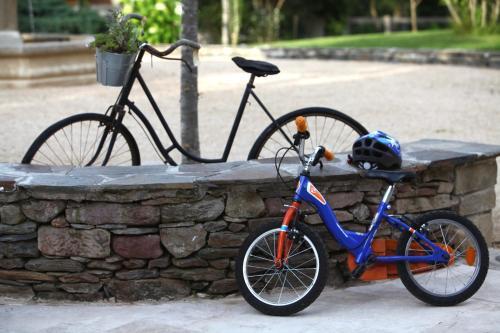 Vélo sur le terrain de l'établissement La Ferme du Cayla ou dans les environs