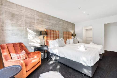 A bed or beds in a room at Diamond Deluxe Central Queenstown