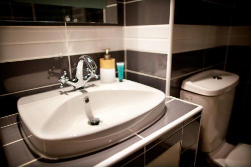 A bathroom at Welcome Inn Victoria