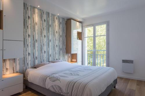 A bed or beds in a room at Arianne Disneyland apartment BMYGUEST