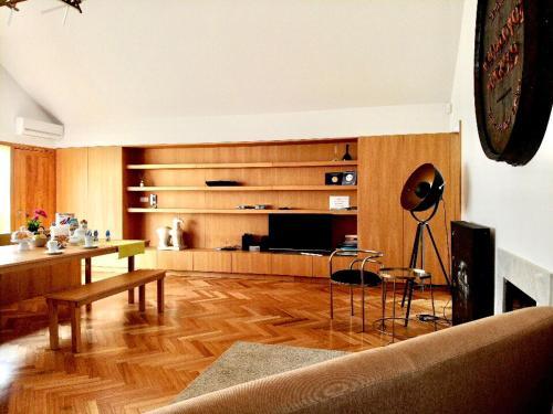 Кухня или мини-кухня в Groove-Wood Loft