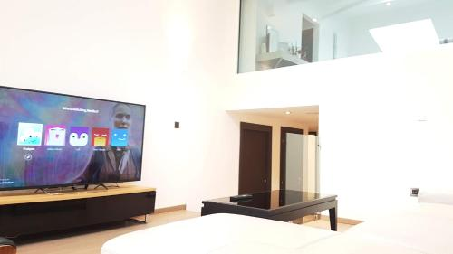A television and/or entertainment center at iStay247 Apartments-Fulham