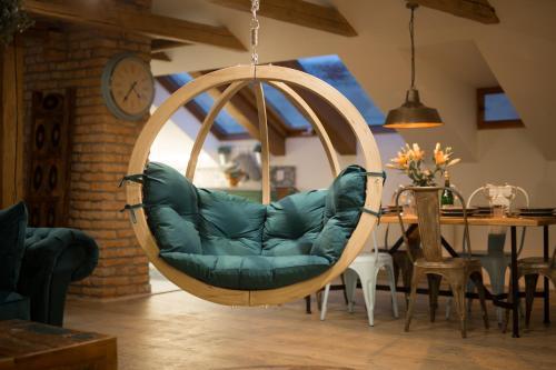 Coin salon dans l'établissement Old Town Boho-Chic Attic with Hanging Chair
