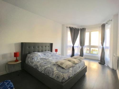 A bed or beds in a room at 130 M2 Grand Paris Rer à 5 mn