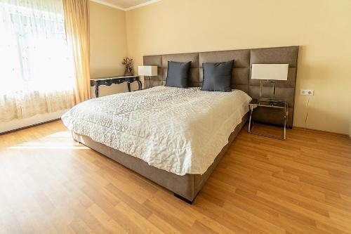 Ein Bett oder Betten in einem Zimmer der Unterkunft PMC Business Apartments