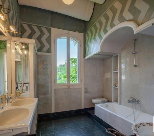 A bathroom at Il Parco e gli Affreschi