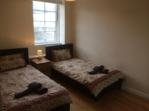 A bed or beds in a room at Edinburgh City Apartment
