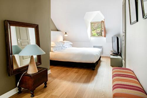 A bed or beds in a room at LA MAISON BLANCHE DU 10HONFLEUR