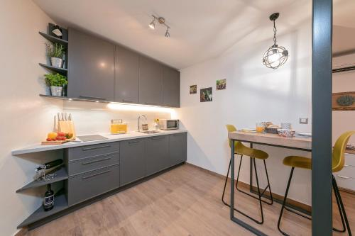 A kitchen or kitchenette at Mariva Downtown Studio