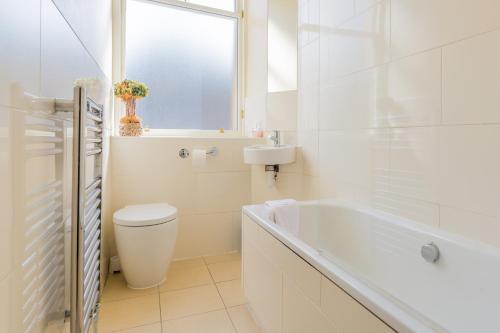 A bathroom at Menzies Apartments