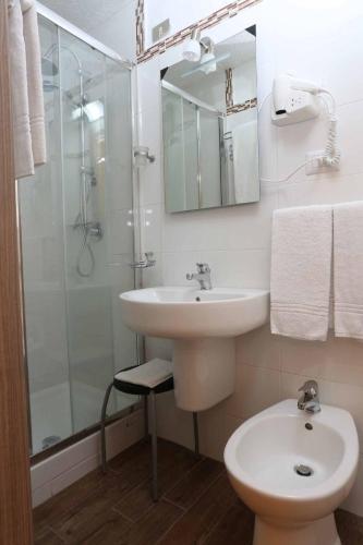 Koupelna v ubytování Hotel Piola