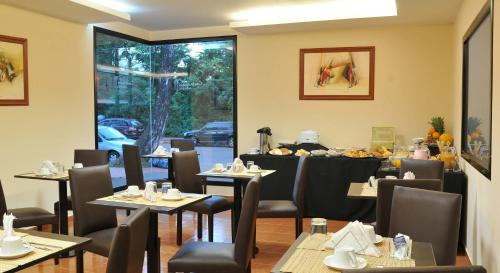 A restaurant or other place to eat at Costa Iguazu
