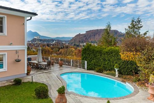 Der Swimmingpool an oder in der Nähe von Beautiful Villa with View Over Salzburg and Pool