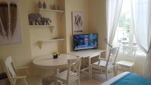 A television and/or entertainment center at Studio Promenade du Paillon