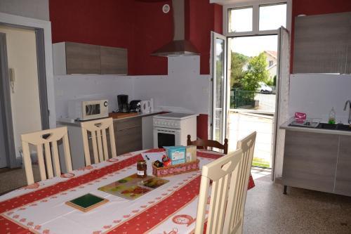 Cuisine ou kitchenette dans l'établissement Gîte chez la Marie