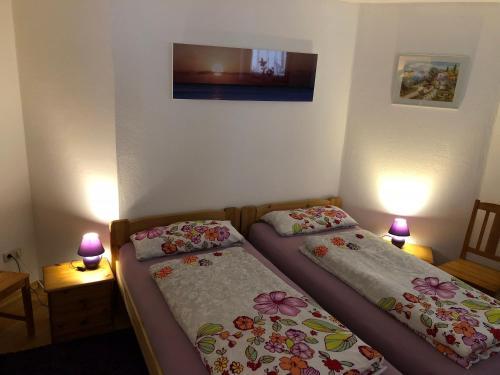 Ein Bett oder Betten in einem Zimmer der Unterkunft Ferienwohnung Aretsried