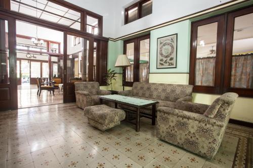 Desain Taman Kota  guesthouse reddoorz near balai kota malang indonesia