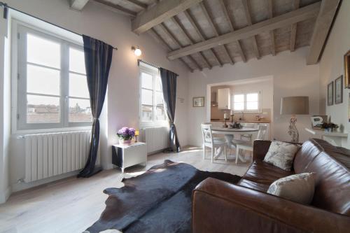 Een zitgedeelte bij Top-floor flat close to Arno