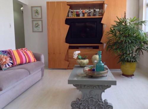 A television and/or entertainment center at Apto 2qtos na PRAIA DO CANTO