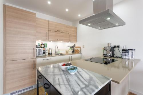 A kitchen or kitchenette at Modern 2 Bedroom Apartment with Panoramic Views