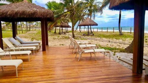 Um restaurante ou outro lugar para comer em oka beach residence