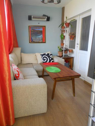 A seating area at Hostel Del Mar