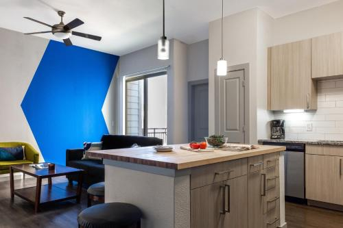 A kitchen or kitchenette at Stay Alfred at Rivera on Broadway