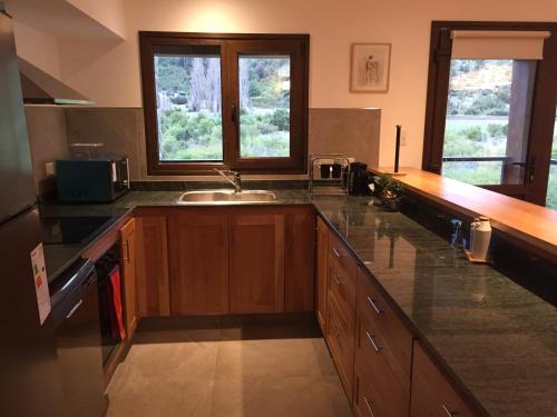 Una cocina o kitchenette en Departamento 3 dormitorios, Arelauquen Bariloche