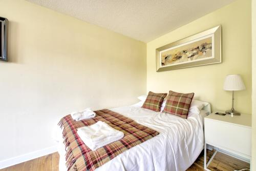 A bed or beds in a room at Stunning Studio Apartment Castle View