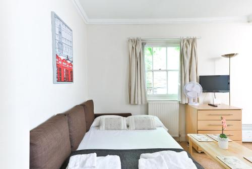 A bed or beds in a room at Cosy and Central Studio at Paddington/Hyde Park
