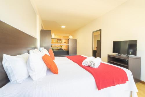 A bed or beds in a room at Callao Plaza Suites