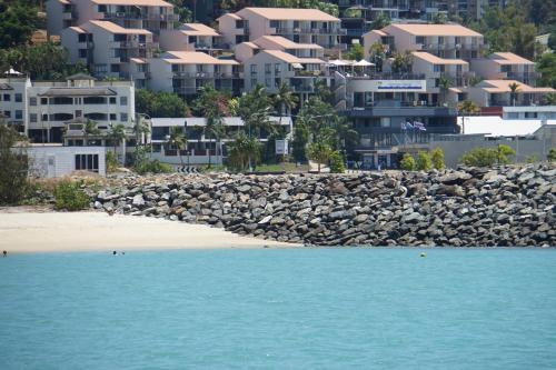 A bird's-eye view of Airlie Seaview Apartments