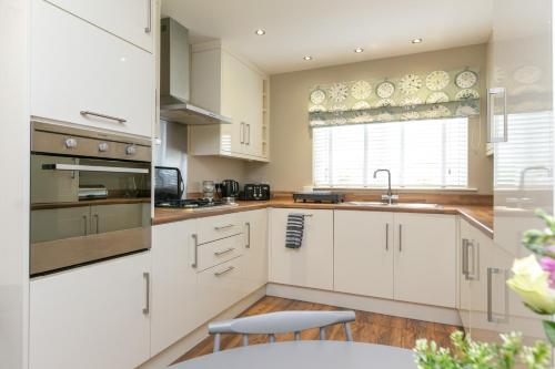 A kitchen or kitchenette at The Perfect Stay Belfast