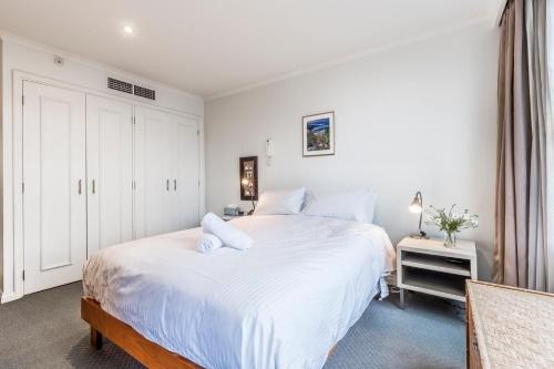 A bed or beds in a room at 2 BR City Apartment with Rooftop Pool