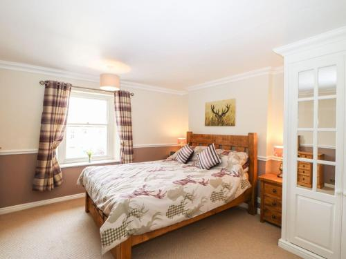 A bed or beds in a room at Woodbine Cottage, Barnard Castle