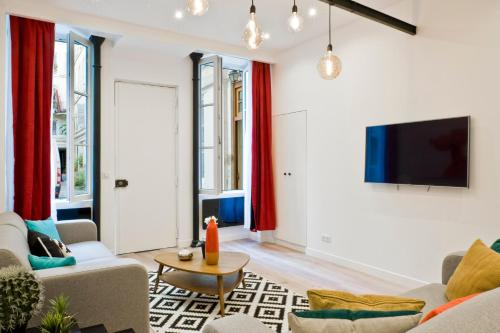 A television and/or entertainment center at Pick A Flat - Higher Marais apartments