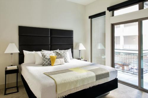 A bed or beds in a room at Stay Alfred 422 at The Lake